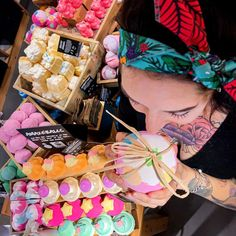 Das heißt, die Zeit der selbstgebastelten Adventskalender und Nikolausstiefel ist da. 👉 Mit Kleinigkeiten von Lush, sorgst du neben Schokolade, Nüssen und Mandarinen für duftende Abwechslung. ❤️ Stöbere online oder lass dich in unseren Shops beraten. 📸: @lushtunbridgewells via Instagram Lush, Shops, Instagram, Mandarin Oranges, Goodies, Advent Calendar, Schokolade, Xmas, Craft