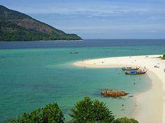 Thaïlande des coins plus préservés petites, comme l'île de Koh Lipe. Koh Lipe est à 70 km de la terre ferme, près de la frontière entre la Thaïlande et la Malaisie, et ont plages parfaites, eaux cristallines avec corail et environ 25% des espèces de poissons tropicaux de la planète.