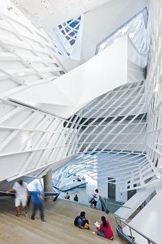 Ein Monolith in Licht und Schatten | Architecture bei Stylepark