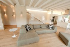 Style At Home, Internal Design, House Stairs, Contemporary Sofa, New Home Designs, Design Moderne, My Dream Home, Living Room Designs, Ideal Home