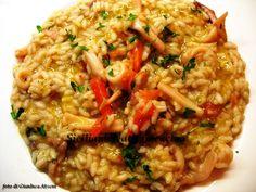 Un risottino con il pesce veramente semplice e gustoso: quellocon i calamari. Bastano un poco di prezzemolo, due filettidi pomodoro e un goccio di vino bianco o di vodka e il profumo è celestial…