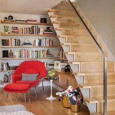 Tudo é lindo neste ambiente. A escada com marcenaria impecável tem muito espaço para livros e objetos decorativos o cor da madeira e a poltrona vermelha é muito bonita e confortável. O espaço embaixo da escada foi muito bem aproveitado. Neste espaço de leitura qualquer livro fica muito bom. Excelente inspiração fica a dica. @OlhardeMahel #espaçodeleitura #decoração #decoraçãodeinteriores #marcenaria #designdemóveis #poltrona #móvel #escada #leitores #OlhardeMahel #fpolhares #leitura…