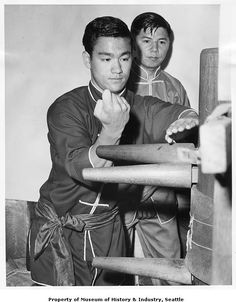 Bruce Lee training with wooden Wing Chun dummy, Seattle, 1961 - Museum of History and Industry - University of Washington Digital Collections Bruce Lee Training, Wing Chun Training, Wing Chun Martial Arts, Bruce Lee Martial Arts, Kung Fu, Bruce Lee Chuck Norris, Wing Chun Dummy, Bruce Lee Pictures, Thai Boxe