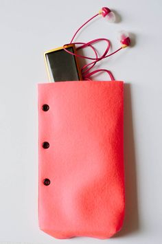 DIY: no-sew felt favor bags / felt tech bag