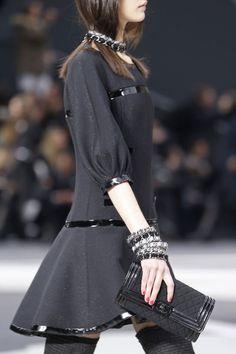 Bijoux Chanel automne-hiver 2013-2014 http://www.vogue.fr/joaillerie/tendance-des-podiums/diaporama/tendances-bijoux-fashion-week-automne-hiver-2013-2014-balmain-dior-lanvin-saint-laurent-givenchy-oscar-de-la-renta-dolce-gabbana-versace/12164/image/735078