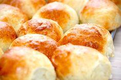 Lækre kardemommeboller, der bages i 15 minutter ved 195 grader varmluft. Pensl bollerne med sammenpisket æg, flæk dem - og nyd bollerne smurt med smør. Kardemommebollerne er gode til fødselsbordet. Foto: Guffeliguf.dk.