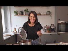 """Αν το φρεσκοψημένο κέικ σοκολάτας μπορεί να κάνει ένα μικρό """"θαύμα"""" από μόνο του, συλλογίσου το σε συνδυασμό με βουτυρένια καραμέλα. Dairy Free Keto Recipes, Banoffee Pie, Greek Recipes, Main Dishes, Food And Drink, Diet, Cooking, Main Course Dishes, Baking Center"""