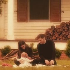 """The Originals – TV Série - Niklaus """"Klaus"""" Mikaelson (Joseph Morgan) - Hayley Marshall (Phoebe Tonkin) - baby Hope Mikaelson - daughter (filha) - father (pai) - dad (papai) - mother (mãe) - mom (mamãe) - happy family (família feliz) - Hayley and Hope and Klaus"""