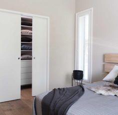 Använda skjutdörrar som rumsavdelare till walk-in closet i sovrummet.  #swedoor #swedoorse #semindörr #mindrömmdörr #endörrgörskillnad #jagälskardörrar #stable #dörr #innerdörr #ytterdörr #interiör #inredning #inspiration #nybygg #renovering #uppfräschning #nyadörrar #boendemedstil #nordicliving #dörrlösningar #dörruniversum Tall Cabinet Storage, Closet, Inspiration, Furniture, Home Decor, Modern, Rome, Biblical Inspiration, Armoire