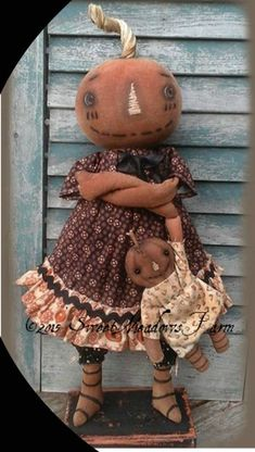 This darling pumpkin girl with her own dolly can stand on a base with dowels in her legs or can be made to sit. Primitive Halloween Decor, Primitive Wood Crafts, Primitive Autumn, Primitive Doll Patterns, Primitive Pumpkin, Diy Halloween Decorations, Primitive Snowmen, Primitive Christmas, Country Christmas