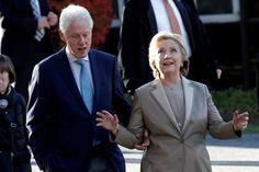 Clinton, acudió al centro de votación acompañada de su marido, el expresidente Bill Clinton (1993-2001).