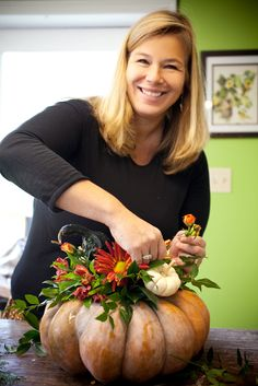 A Washingtonian Thanksgiving - Step By Step Floral Design - Holly Chapple Pumpkin Arrangements, Fall Flower Arrangements, Pumpkin Centerpieces, Thanksgiving Centerpieces, Thanksgiving Table, Rustic Fall Decor, Fall Home Decor, Autumn Decorating, Pumpkin Decorating