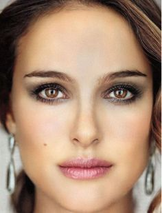 Natalie Portman - interesting effect: different make-up (see other photo) Natalie Portman, Eyebrow Makeup, Lip Makeup, Mask Makeup, Bridal Makeup, Wedding Makeup, Beauty Make Up, Hair Beauty, Grey Lipstick