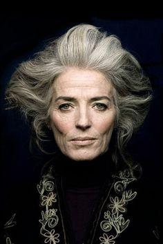 grey hair SILVER - Agence de Top Modles de plus de 40 ans - Paris Wise Women, Old Women, Mature Women Hairstyles, Medium Hairstyles, Curly Hairstyles, Wedding Hairstyles, 50 Hair, Ageless Beauty, Aging Gracefully