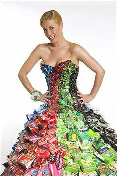 RECYCLED DRESS- It's made from recycled cans, bottle tops, cardboard packaging, glass beads and plastic bags. It's the amazing recycled dress designed by ethical fashion designer Gary Harvey! Crazy Dresses, Funky Dresses, Best Prom Dresses, Formal Dresses For Women, Unique Dresses, Korean Fashion Dress, Latest Fashion Dresses, Fashion Outfits, Weird Fashion