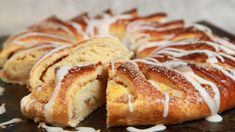 Ei god gammeldags kringle passer alltid godt til kaffekosen. Lise Finckenhagen kaller den for floke, med vaniljekrem og makronfyll. Norwegian Food, Pavlova, Sweet Bread, Bread Baking, Low Carb Recipes, Bakery, Food And Drink, Sweets, Snacks
