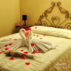 Solicita nuestro servicio especial de habitación y sorprende a tu pareja. ¡Crea momentos inolvidables! Contáctanos: 0268-2511055 / reservaciones@posadanarhuaca.com