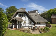 Thatched cottage dating from the century in the idyllic village of Abbots Morton. Electric Oven And Hob, Electric Fires, Cottages England, Holidays In England, Luxury Holiday Cottages, Paved Patio, Garden Table And Chairs, Rural Retreats, Vacation