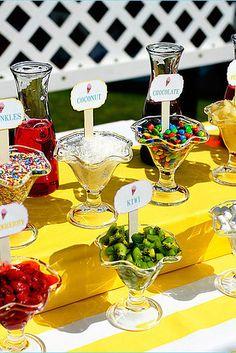 …ou un bar à garnitures pour les glaces et les gâteaux.   34 façons créatives d'apporter de la couleur à votre mariage
