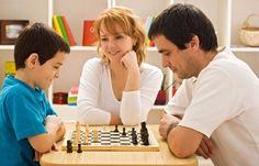 Bazı aileler çocuklarının matematik derslerinde daha iyi puan alabilmesi için onların satranç oynamalarının faydalı olacağını düşünmektedir...