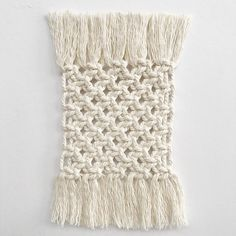 Learn how to make macrame coasters in 6 easy steps for free. Simple and effective tutorial for everyone, even if you are a macrame beginner.