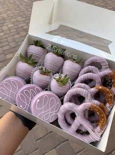 Chocolate Covered Treats, Chocolate Dipped Strawberries, Chocolate Covered Pineapple, Chocolate Dipped Pretzels, Kreative Desserts, Sweet Box, Chocolate Hearts, Cute Desserts, Cupcake Cakes