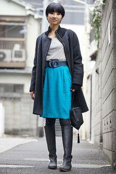 原宿(東京)Harajuku, TOKYO. Juri Kobayashi, vintage fashion shop owner. Hussein Chalayan coat, COS top, vintage skirt, Tambu bag, Maison Martin Margiela boots. 【スライドショー】アジアの街角ファッションスナップ―東京、台北など