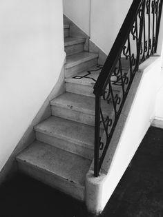 es·ca·da  (latim tardio scalata, do latim scala, -ae, escada, escadaria, degraus da escada, andar) substantivo feminino 1. Série de degraus pelos quais se sobe ou se desce. (Também usado no plural.)Ver imagem 2. [Figurado]  Meio de alguém se elevar ou conseguir o desejado. = TRAMPOLIM