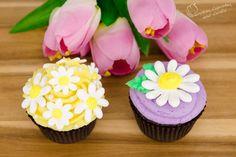 Royal Icing Daisy Cupcakes