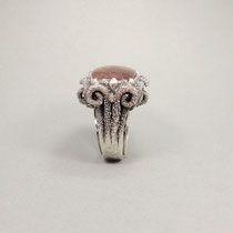 Schnörkelring in dunklem Silber, mit einem Quarz, der ein dunkelrot blühendes Innenleben hat.