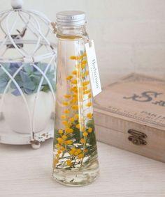 春の訪れを告げるミモザのハーバリウムボトル(植物標本)です♪ドライフラワーやプリザーブドフラワーを特別な保存液に浸すことでお手入れを気にされず、長く植物のある... Voss Bottle, Water Bottle, Scented Wax, Smell Good, My Flower, Deco, Diy And Crafts, Bouquet, Soap