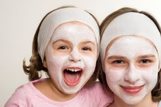Here's a fun way to host a spa party at home for your daughter and her friends! This spa birthday party guide has recipes for home-made spa treatments, spa invitations and spa party favors. Kids Spa Party, Spa Birthday Parties, Pamper Party, Sleepover Party, Girl Parties, Party Fun, Party Time, Baby Hotel, Spa Day For Kids