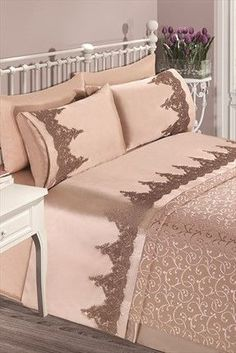 Evlen Home & Alanur Home Collection - Café double Miranda Pike Team . Double Duvet Covers, Bed Covers, Elegant Home Decor, Elegant Homes, Queen Comforter Sets, Bedding Sets, Draps Design, Bed Cover Design, Designer Bed Sheets