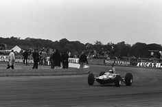 1965 British GP, Silverstone : Jim Clark in the cockpit of his Lotus 33, waving after the win. (ph: en.espn.co.uk)