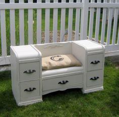 Ericca eski tuvalet masasına bir şans daha vererek, pencere önü için kullanılabilecek muhteşem güzellikte bir oturma yeri oluşturmuş.