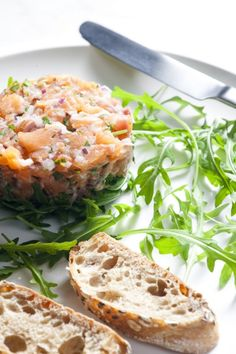 If you love sushi, you will love salmon tartare. Usually served as a starter in France, tartare au saumon is amazingly easy to prepare. Fish Recipes, Seafood Recipes, Snack Recipes, Cooking Recipes, Healthy Recipes, Healthy Eats, Fresco, Tartare Recipe, Salmon Tartare