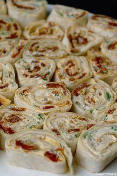 wraps met zongedroogde tomaat en basilicum 1 Veggie Snacks, Healthy Snacks, Pizza Wraps, Vegetarian Recipes, Cooking Recipes, Lunch Wraps, Good Food, Yummy Food, Appetisers