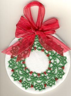 Christmas Wreath Tatting Pattern  http://www.tat-man.net/tatterville/tatpatterns/laurawreath.html