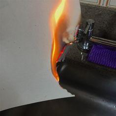 Esta foto mostra um fenômeno químico . O papel ao ser queimado , tem suas moleculas modificadas , alterando a composição da matéria.