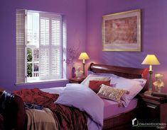 Białe okiennice drewniane, shutters, sypialnia >> http://bit.ly/2BSGsG6