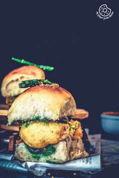 This popular street food Vada Pav (Vada Pao / Wada Pav / Wada Pao) is a budget-friendly and gratifying Indian Style Burger from the streets of Mumbai. Japanese Street Food, Thai Street Food, Indian Street Food, Indian Snacks, Indian Food Recipes, Vegetarian Recipes, Vada Pav Recipe, Tea Recipes, Cooking Recipes