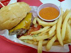 El Kuky's Place es una hamburguesería con mucho encanto, ambientada como si fuera un Diner americano de los años 50, que ofrece comida original y de calidad.