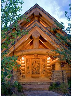 Character Logs Form A Breathtaking Truss Over The Entrance House - Camp dancing bear log home