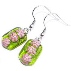 Handgemaakte heldere groene oorbellen met roze millefiori bloemen. Exclusieve glasfusing oorbellen uit eigen atelier. Glazen sieraden uit eigen atelier.