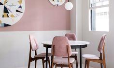 Бистро в Кейптауне http://www.admagazine.ru/inter/97289_bistro-v-keyptaune.php  В Кейптауне открылось бистро с белыми стенами, розовыми акцентами и латунными деталями, стилизованное под французскую закусочную середины XX века.