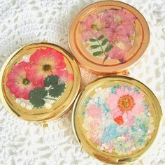 There are  very cute real flower compact mirrors.Made with real  pressed flower and UV resin.A great gift( ^-^)ノ∠※。.:*:・'°☆