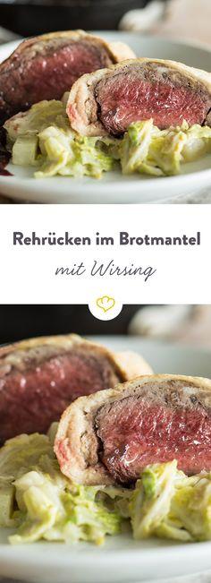 Das zarte Rehfleisch im Brotmantel gesellt sich zu Kohrabi-Wirsing-Gemüse und einem Klecks Preiselbeer-Balsamico-Sauce auf deinen Teller.