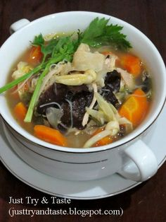 Resep sup kimlo yang kaya isi, gizi, segar dan sedap menu Chicken Diet Recipe, Diet Soup Recipes, Baby Food Recipes, Cooking Recipes, Healthy Recipes, Mie Goreng, Best Diet Foods, Malay Food, Indonesian Cuisine