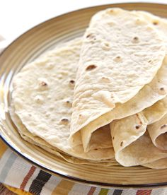 Easy Homemade Flour Tortillas ~ soft and tender homemade tortillas are deliciously versatile and surprisingly easy to make… Recipes With Flour Tortillas, Homemade Flour Tortillas, Fresh Tortillas, A Food, Good Food, Yummy Food, Mexican Dishes, Mexican Food Recipes, Enchiladas