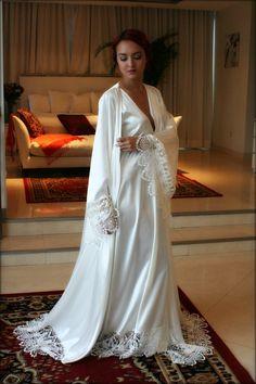 Die Isadora Robe ist eine dekadent Reich aus weißen Perlen Satin mit schönen Häkelspitze Venise um den Saum und breit Engel Ärmeln akzentuiert. Schimmernde Satin leuchtet auf der Außenseite und ist genau so gut auf der Innenseite direkt auf der Haut für ein Höchstmaß an Luxus. Es kommt